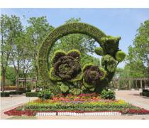 户外摆放的大型仿真玫瑰花绿雕造型