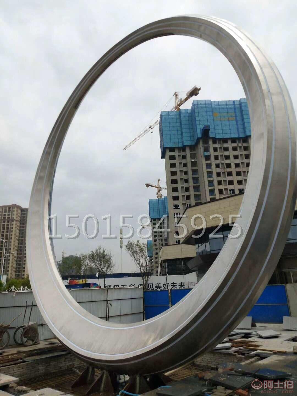 武汉万科广场304#不锈钢圆环雕塑厂家安装效果图